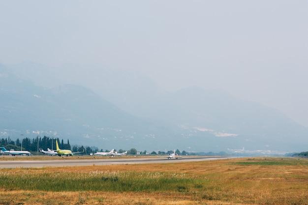 Flugzeuge von skyteams auf einem startstreifen am flughafen tivat in montenegro