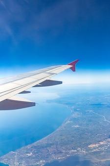 Flugzeugflügel auf den wolken