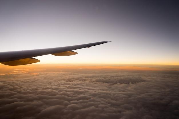 Flugzeugflügel im flug vom fenster