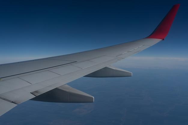 Flugzeugflügel mit sonnenaufgang in lichtfackel