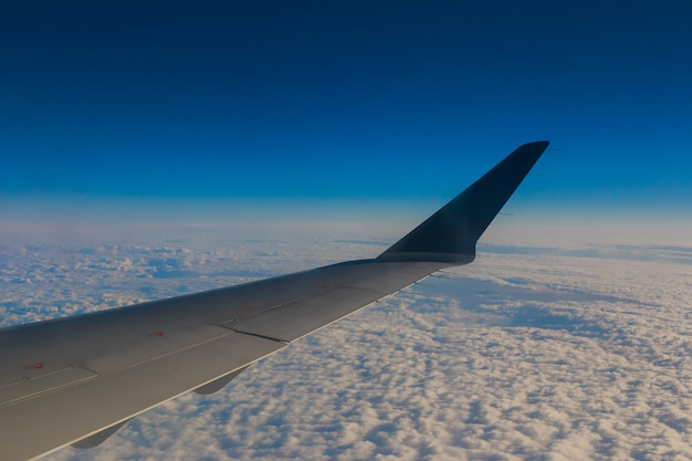 Flugzeugflügelhimmelwolken