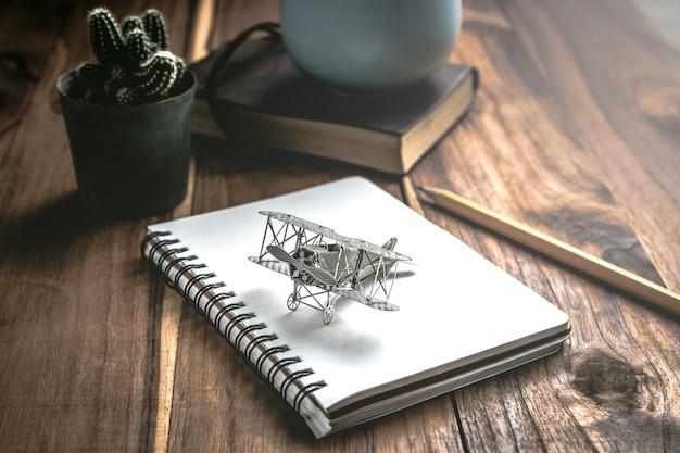 Flugzeugkämpfer auf offenem bildungsbuch mit abstraktem licht, bildungsplanerkonzept.