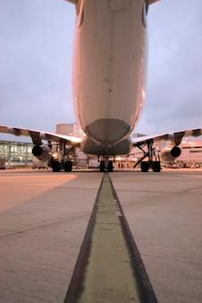 Flugzeuglandung auf dem flugplatz