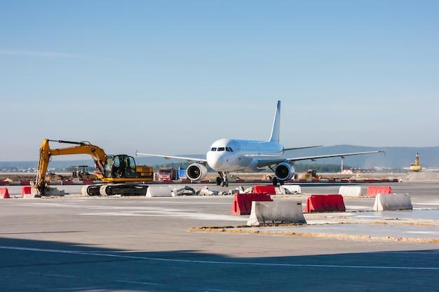 Flugzeugmanöver zwischen baggern und bulldozern