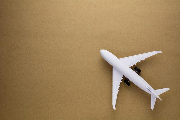 Flugzeugmodell auf altem papierhintergrund.