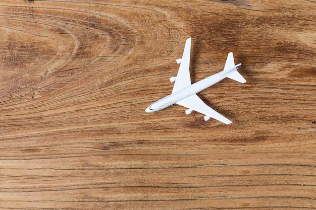 Flugzeugmodell auf einem brett platziert