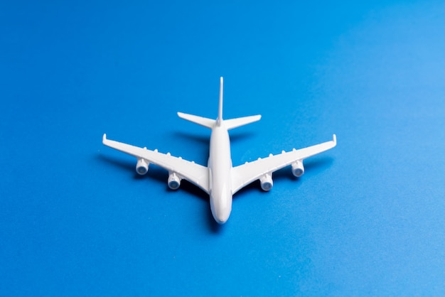 Flugzeugmodell für online-ticket und tourismus-konzept
