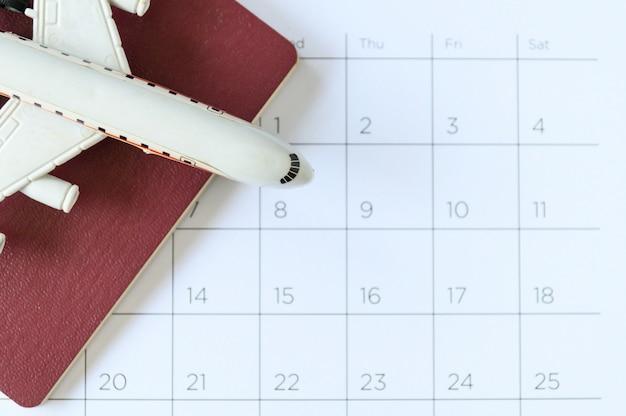 Flugzeugmodell mit papierkalender. reiseplan
