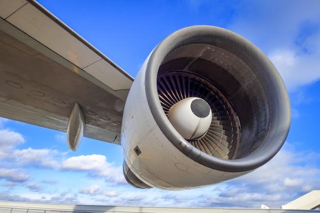 Flugzeugmotor und flügel