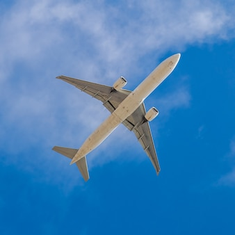 Flugzeugsicherer flug bei gutem wetter mit blauem himmel