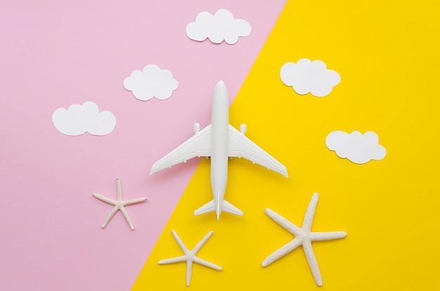 Flugzeugspielzeug mit wolken oben
