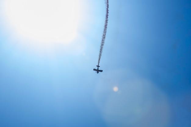 Flugzeugspuren auf blauem himmel mit kopienraum.