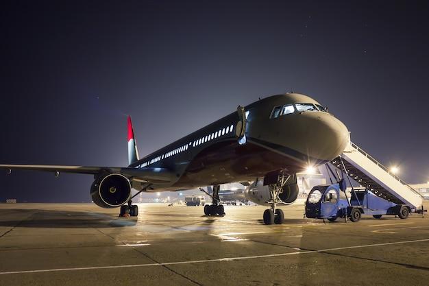 Flugzeugwartung auf dem nachtvorfeld