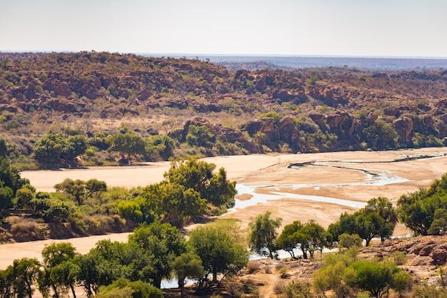Fluss, der die wüstenlandschaft von mapungubwe nationalpark kreuzt