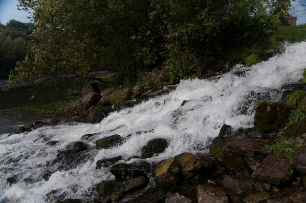 Fluss des wassers im see taneycomo in branson, missouri