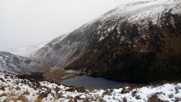 Fluss fließt durch den schneebedeckten berg