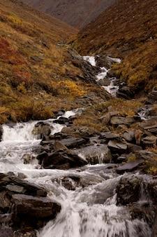 Fluss in der mitte der hügel in den toren des arktischen nationalparks