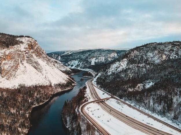 Fluss in der nähe von straße und berg