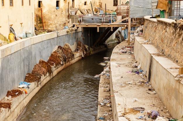 Fluss in der stadt von fez, marokko