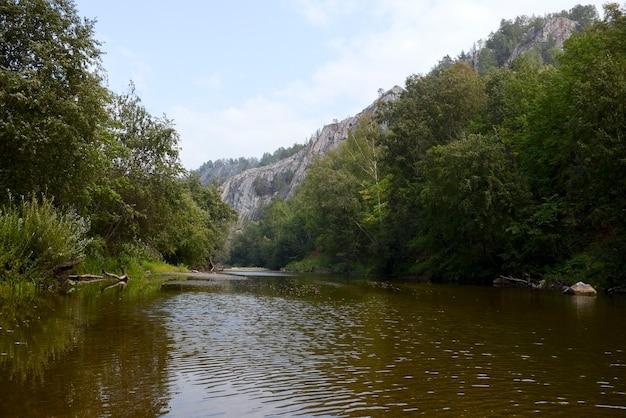 Fluss in einer bergschlucht
