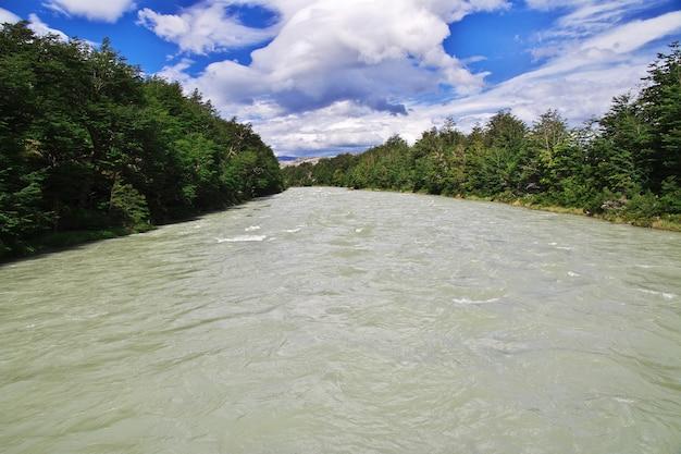Fluss in torres del paine nationalpark, patagonien, chile