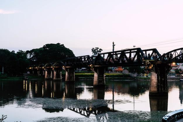 Fluss kwai-brücke bei kanchaburi in thailand