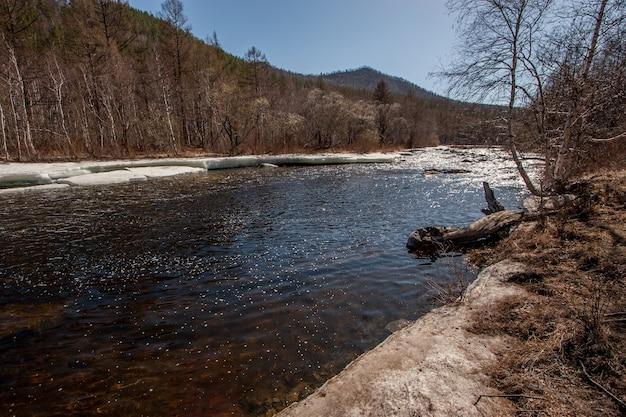 Fluss mit eis im frühjahr