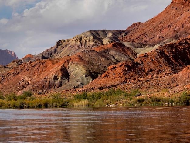 Fluss mit gebirgszug im hintergrund, glen canyon national recreation bereich, die kolorado-fluss-floss-reise, der kolorado-fluss, arizona-utah, usa