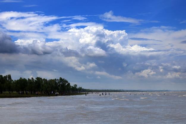 Fluss mit schönem blauen himmel, guliakhali, bangladesch.