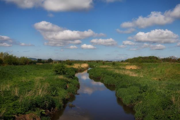 Fluss und blauer himmel mit wolken.