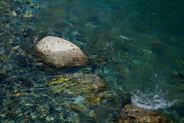 Fluss von seewasser auf stein.