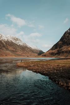 Fluss zwischen bergen