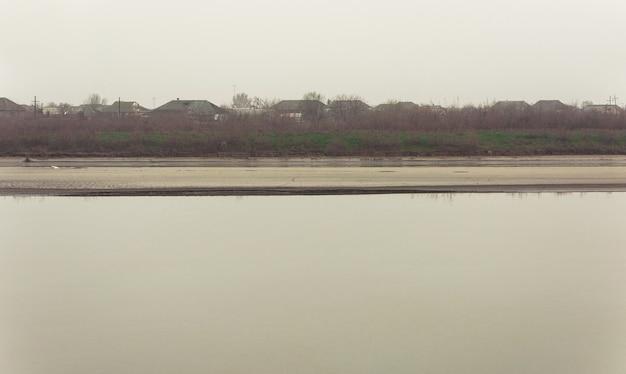 Flussbett an einem nebligen tag