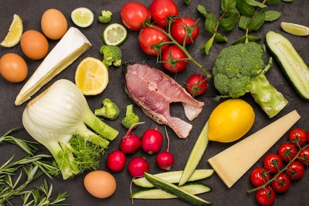 Flussfisch, käse, eier und gemüse, kirschtomaten, fenchel, brokkoli, gurken, rosmarin