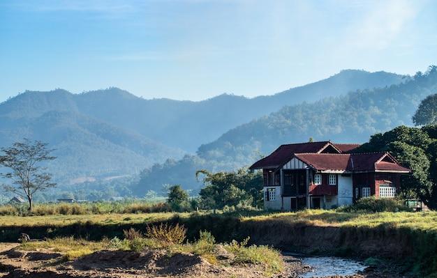 Flusshaus, berg, landschaft in chiang mai