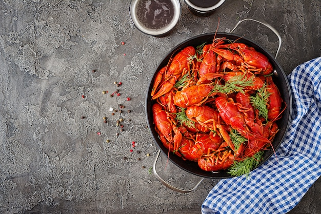 Flusskrebs. rot gekochte langusten auf tabelle in der rustikalen art, nahaufnahme. hummer-nahaufnahme.
