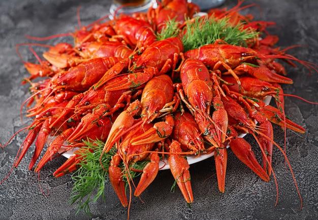 Flusskrebs. rot gekochte langusten auf tisch im rustikalen stil, nahaufnahme. hummer nahaufnahme. randgestaltung