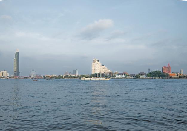 Flusskreuzfahrten in the chao phraya bietet zugang zu sehenswürdigkeiten in bangkok