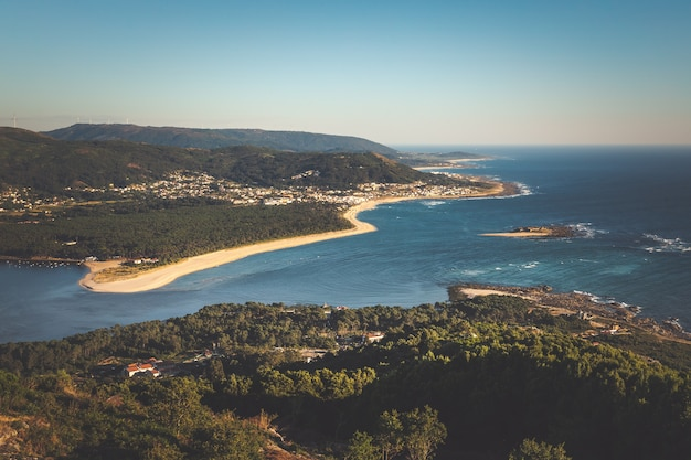 Flussmündung vom fluss miño, der grenze zwischen spanien und portugal.