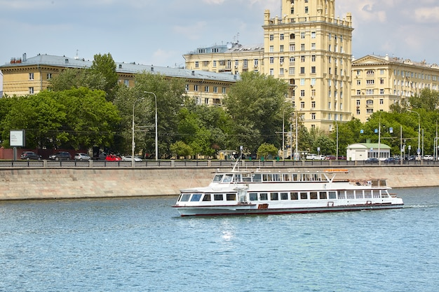 Flussschiff am fluss