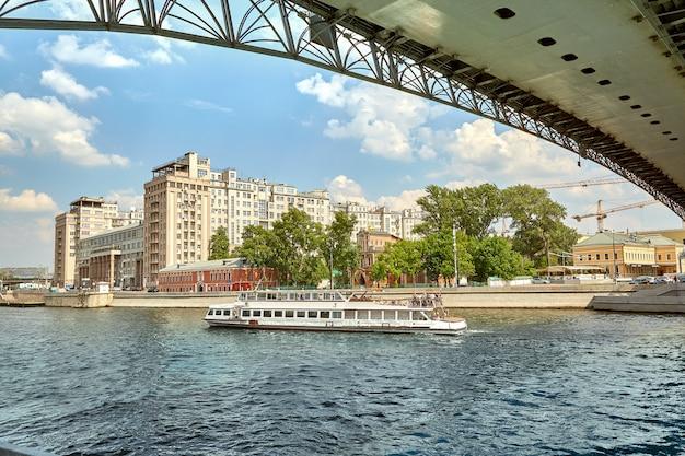 Flussschiff in der stadt
