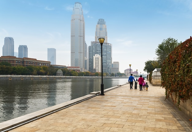 Flussufer-park und städtische architektur in tianjin, china