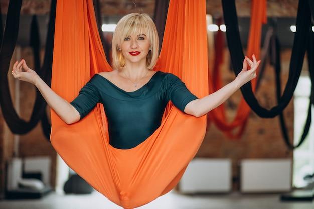 Fly yoga-ausbilderin im fitnessstudio