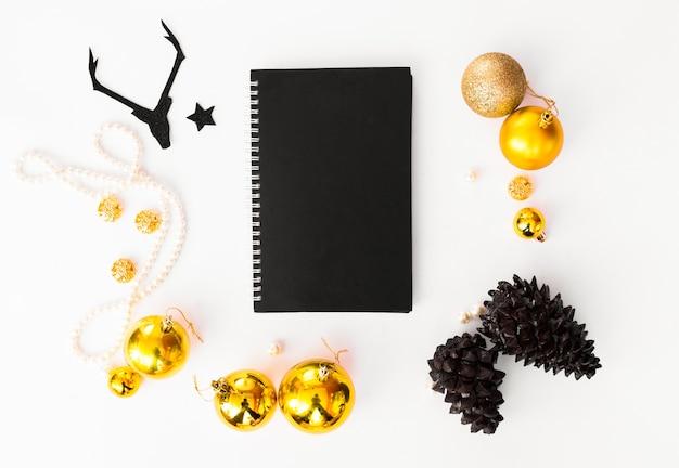Flyer tagebuch postkarte weihnachten, tannenzweigen tannenzapfen kerze hintergrund