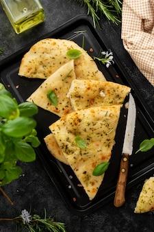 Focaccia-brot mit rosmarin, olivenöl. traditionelle pita- oder fladenbrotscheiben