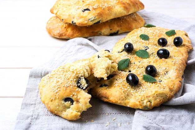 Focaccia mit oliven, knoblauch und kräutern