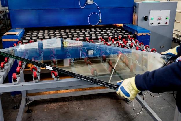Förderband zur herstellung einer fensterscheibe. industrielle ausrüstung.