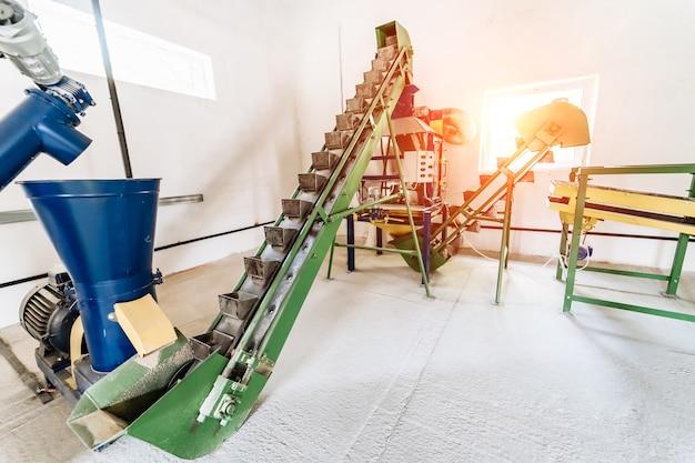 Förderer im werk. verschieben des vertikalen bandes mit dem verschieben leerer kartons. fabrik ausrüstung.