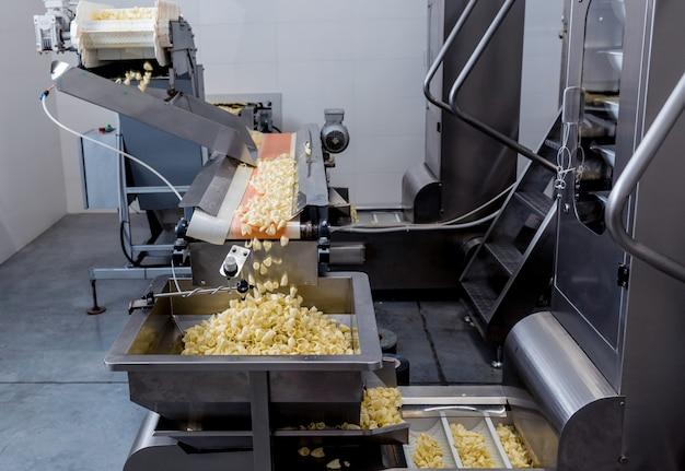 Förderlinie zum braten von snacks und pommes in einer modernen fabrik