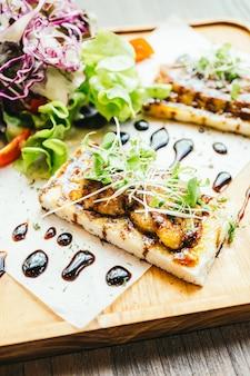 Foie gras oben auf brot mit sauce